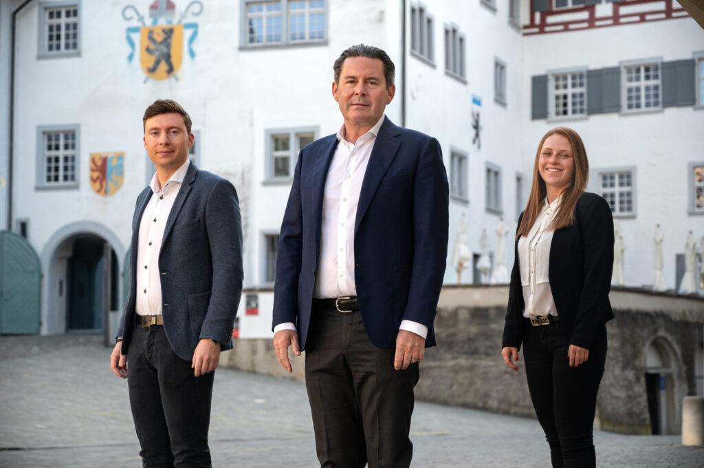 Die Geschäftsleitung der kanawai medien ag (von links nach rechts): Alex Schenk (Bereichsleiter Verkauf), Dieter Max Schenk (Verleger), Alessia Simeone (Bereichsleiterin Services